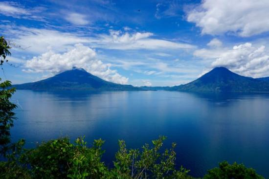 Laguna Lodge Eco-Resort & Nature Reserve: Bright and beautiful skies over twin volcanos