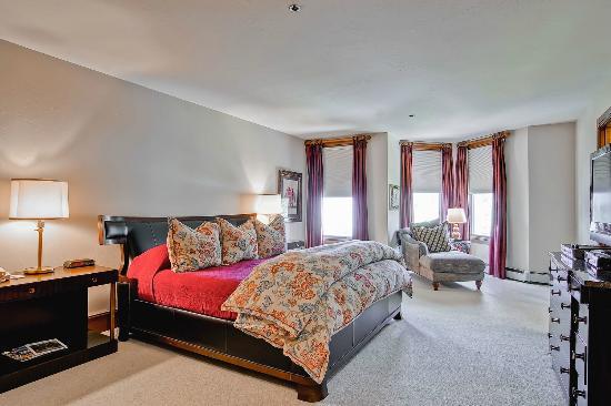 McCoy Peak Lodge by Beaver Creek Mountain Lodging : Master Bedroom