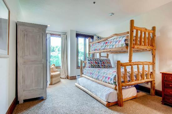 McCoy Peak Lodge by Beaver Creek Mountain Lodging : Second Bedroom