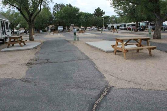 Highlands RV Park: Asphalt was cracked and old looking