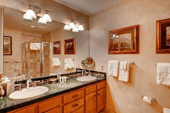Meadows Townhomes : Bathroom