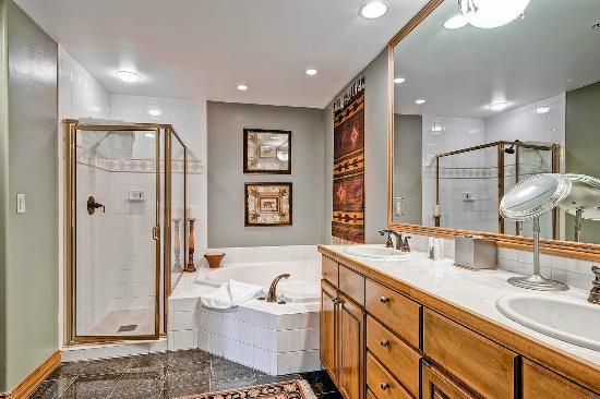 Oxford Court at Beaver Creek : Bathroom
