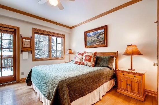 Oxford Court at Beaver Creek : Bedroom