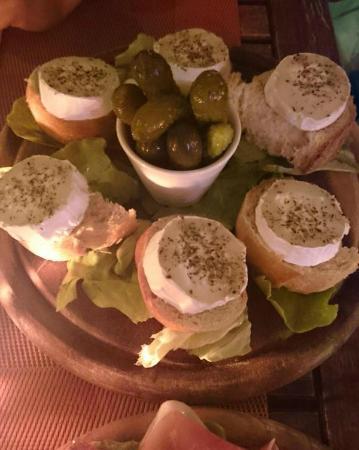 Cafe Restaurant Art's: 温かいシェーブルのサラダ
