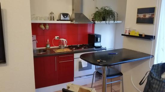 Milne Apartments: Кухонная зон, компактная, но удобная и эргономичная.