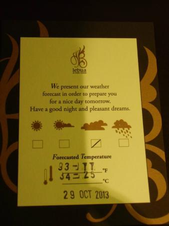 lebua at State Tower: 天気予報のカードが部屋に置いてあり便利