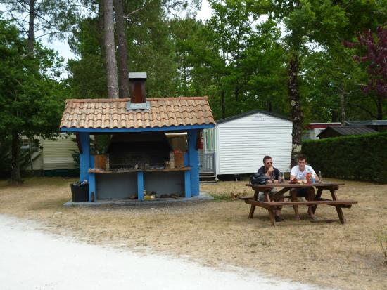 Coin barbecue latest piscine amenagement exterieur - Camping les jardins du littoral lacanau ...