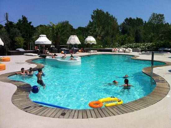 La piscine tr s bruyante avec les enfants picture of for Design hotel ekies all senses