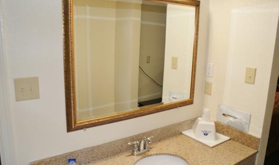 Americas Best Value Inn Fort Jackson: Bathroom