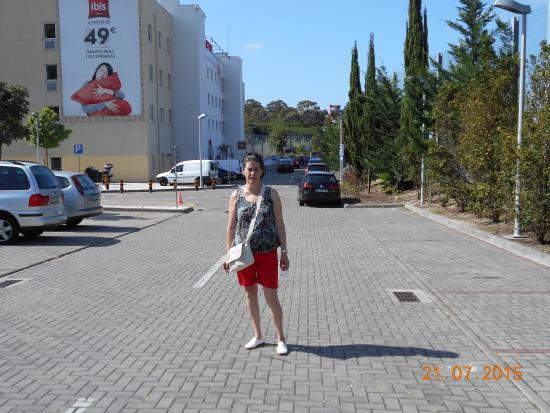 Ibis Lisboa Alfragide: Parkin descubierto y gratuito de la entrada al hotel