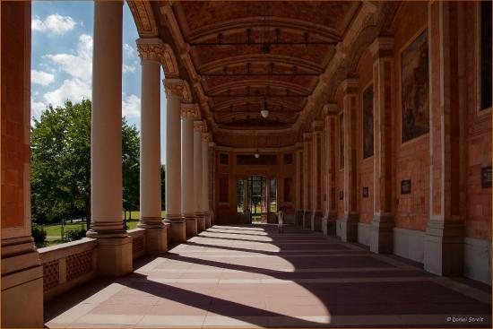 Baden-Baden Kur & Tourismus: Die Trinkhalle mit Kurschatten