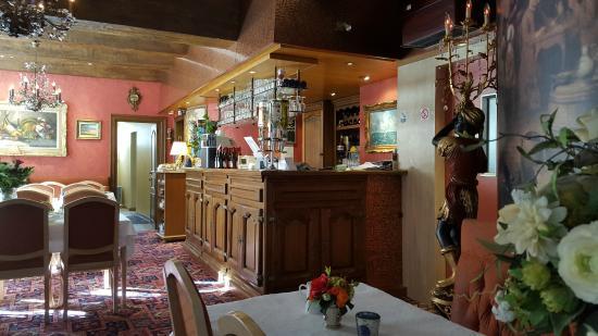 Cardiff Hotel Restaurant : bar met ontbijtruimte.