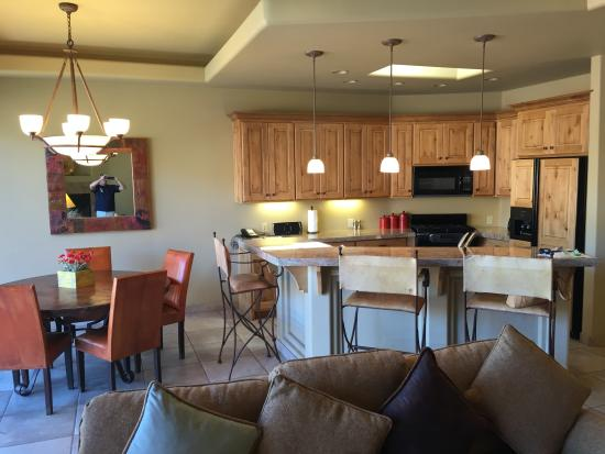 The Inn at Entrada: Kitchen and dining area, with breakfast bar!