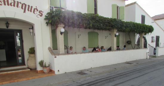 Lou Marques: Petit déjeuner sur la terrasse ombragée