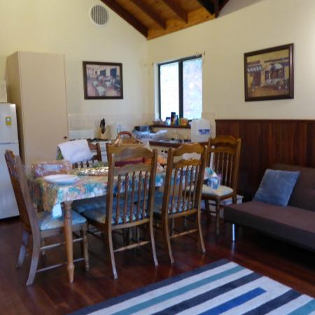Nannup Valley Chalets: kitchen dinning lounge