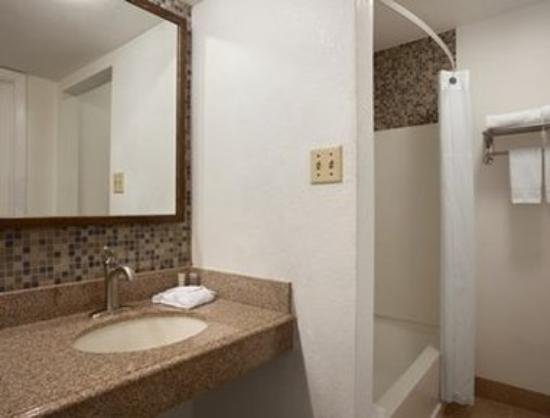 Super 8 Austin Downtown/Capitol Area: ADA Accessible Bathrooms