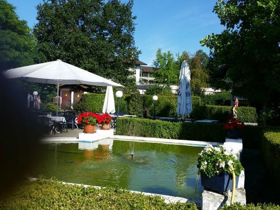 Sch ne wasserbrunnen anlage beim garten bild von hotel for Wasserbrunnen garten