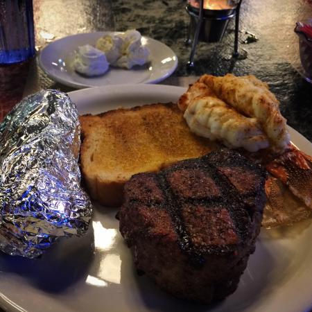 Alexander's Steakhouse: Best filet I've ever eaten !!