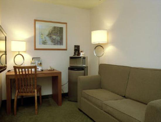 Days Inn - Nanaimo: Mini Suite Seating Area