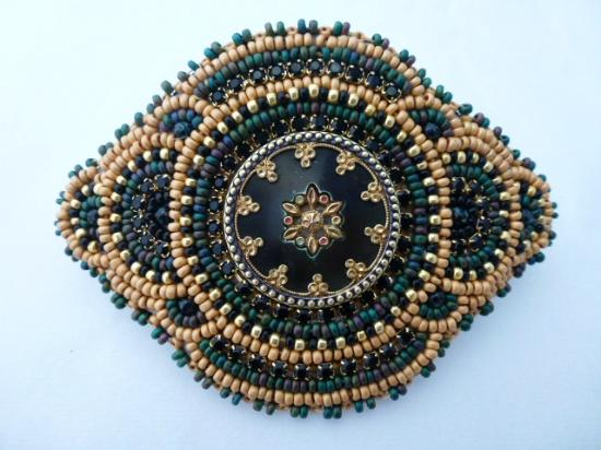 Paia, Hawaï: Hand Beaded Barrett by Sarah with Victorian Button Center