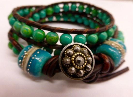 Paia, Hawái: Leather Wrap Bracelet with Handmade Glass Beads by Sarah