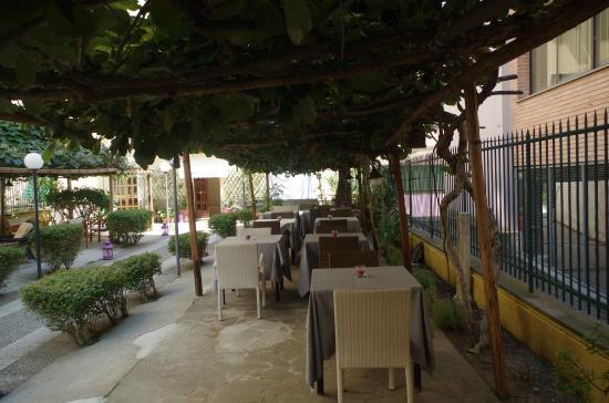 Lavagna, Italy: Gustare il cibo all'aperto