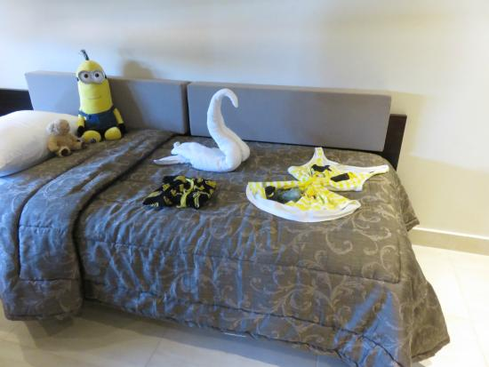 Maleme, Greece: Daughter's Bed Thanks to the maids xxxxx