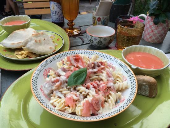 Pitas de pollo con guacamole y ensalada de pasta y salm n el gazpacho fue un complemento sorpre - El jardin secreto restaurante ...