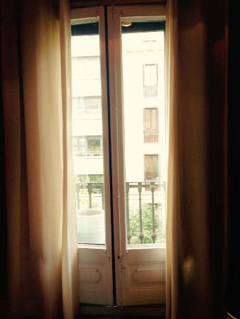 The5rooms: Aussicht auf Strasse (kein Straßenlärm bei geschlossenem Fenster)