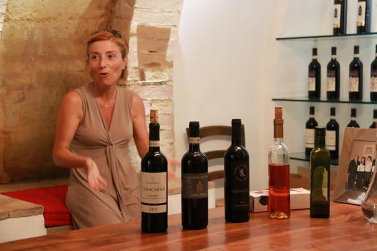 I Melograni del Chianti: Serena dans son caveau de dégustation