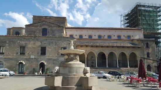 Nicosia, Italy: vista laterale - colonnato dalla piazza Garibaldi
