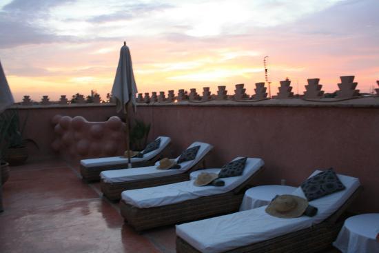رياض وسبا زمزم مراكش: solarium sul tetto del riad