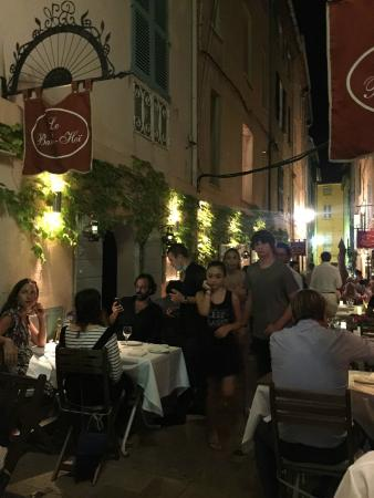 Restaurant BanH-Hoi: street tables