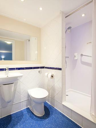 Travelodge Bournemouth Cooper Dean: Bathroom with shower