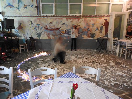 Kafouros Hotel: Traditional music and plate smashing in some tavernas