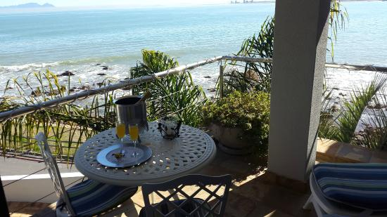 185 Beach Road Boutique Suites & Apartments: Forest Suite balcony over the waves with view of Table mountain.