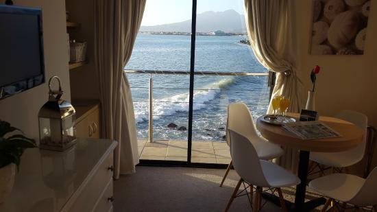 Gordon's Bay, Sudáfrica: Seaside Suite Lounge /2nd bedroom & kitchenette view of waves