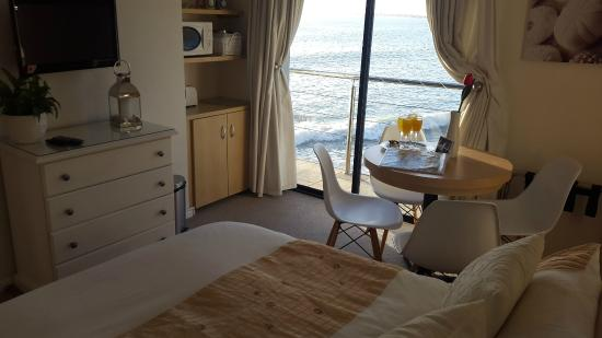 Gordon's Bay, Güney Afrika: Seaside Suite Lounge converts comfortably into a 2nd bedroom