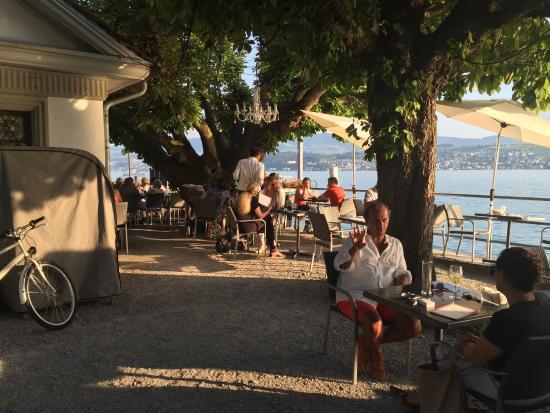 Maennedorf, Schweiz: Gute Küche und unschlagbares Ambiente, im Sommer draussn am Ufer, im Winter im lauschigen Stübli