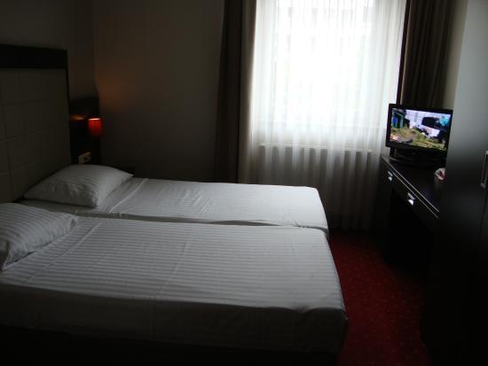 Novum Hotel Savoy Hamburg Mitte: Schön, modern und sehr sauber, leider ums Bett wenig platz