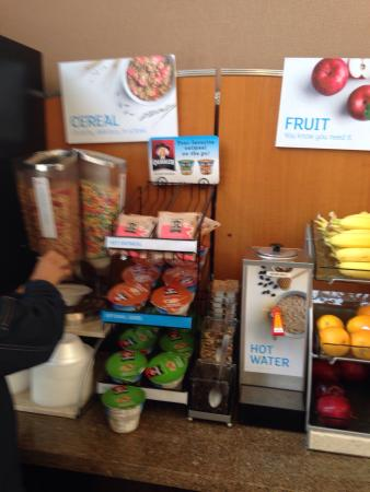 Holiday Inn Express Suites Hamburg : Great breakfast options including healthy choices!