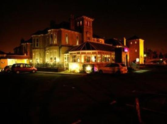 Fairfield House Hotel: Exterior night