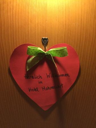 Hotel Mohrenwirt: Так приятно украшены двери номеров!