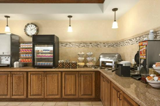 Country Inn & Suites By Carlson, Minot: BREAKFAST BUFFET
