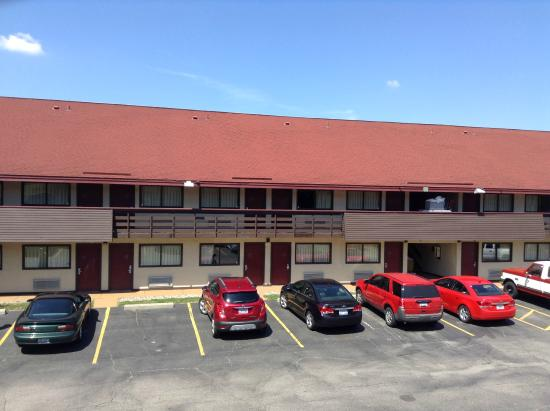 Red Roof Inn Detroit Plymouth : This Red Roof property is two floors.