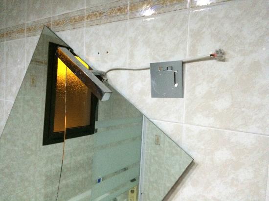 Apartamentos Torrecorinto : espejo roto y colgando de un cable