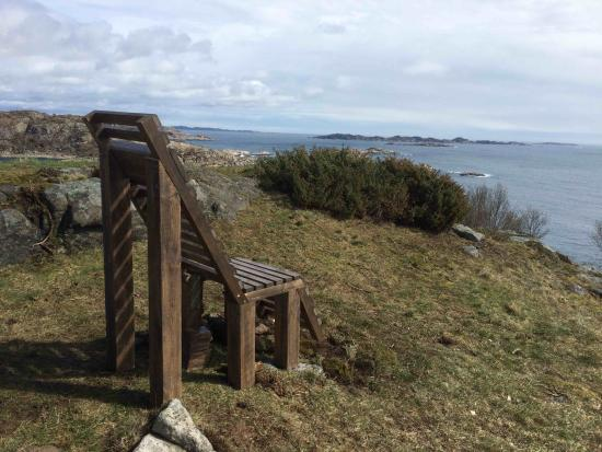 Lyttestasjonen paa Trones: A talking chair. Listen to poems and loook at the sea.
