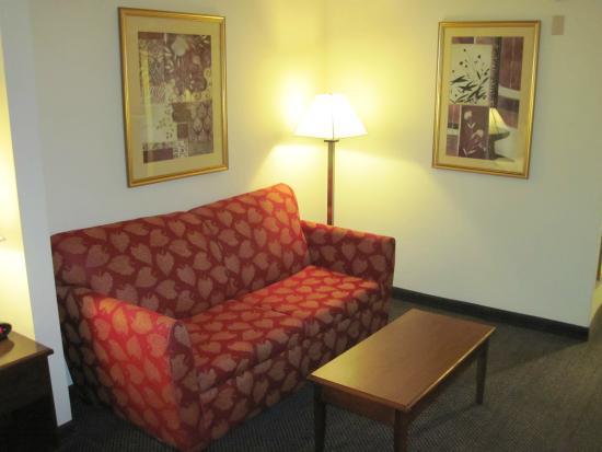 San Mateo, Californie : Sofa in lounge area of Room #310 (26/July/15).