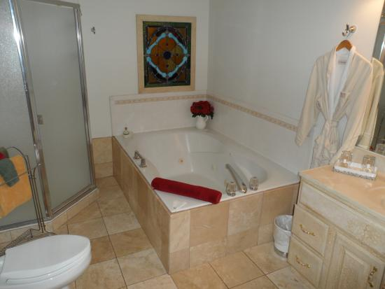 Maricopa Manor Bed and Breakfast Inn: Bathroom in Siesta Suite