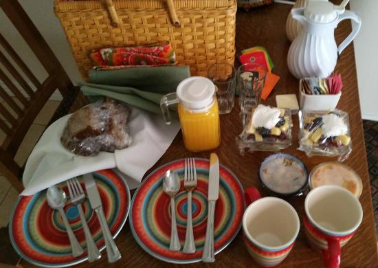 Maricopa Manor Bed and Breakfast Inn: Breakfast in a Picnic Basket brought to your door.